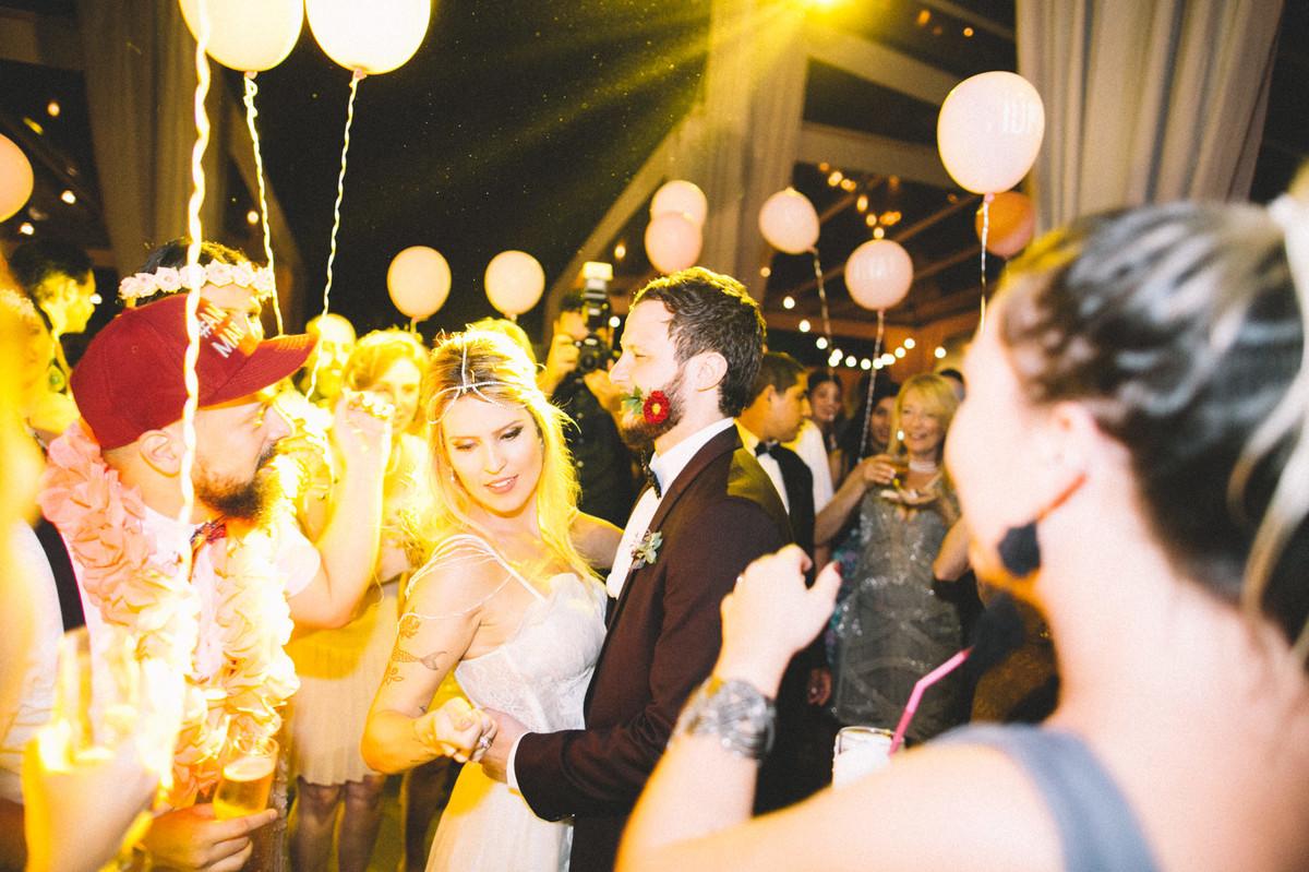 Noivos dançando em sua recepção de casamento no Villa Giardini em Brasília-DF