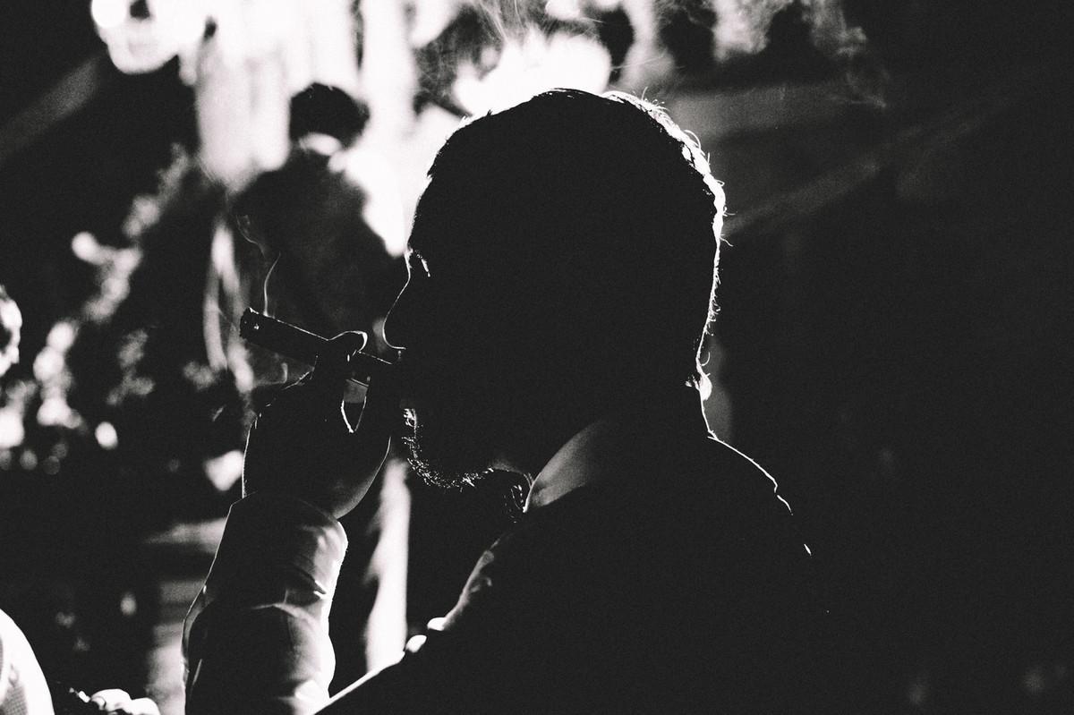 Noivo fumando charuto em seu casamento no Villa Giardini em Brasília-DF