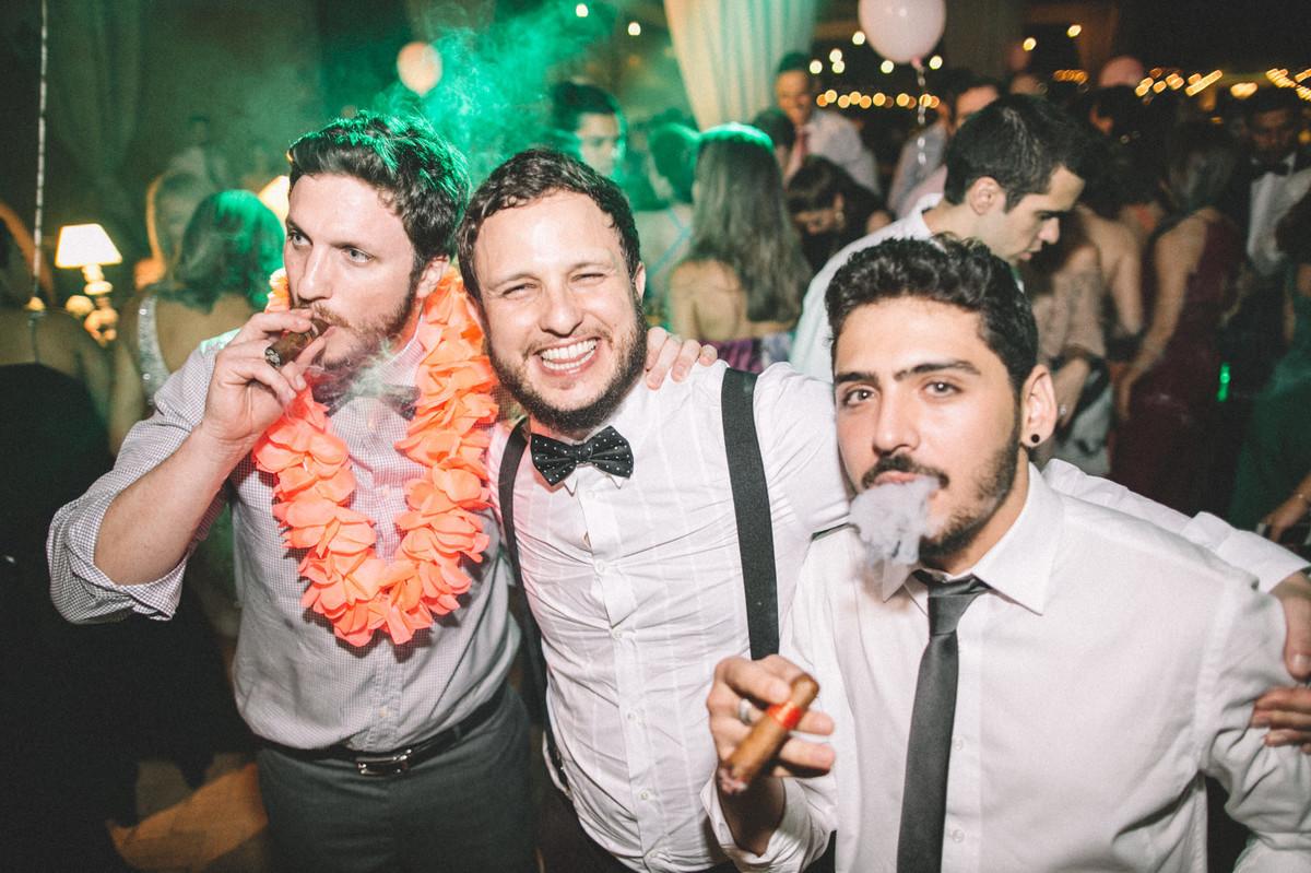 Noivo fumando charuto com seus convidados em seu casamento no Villa Giardini em Brasília-DF