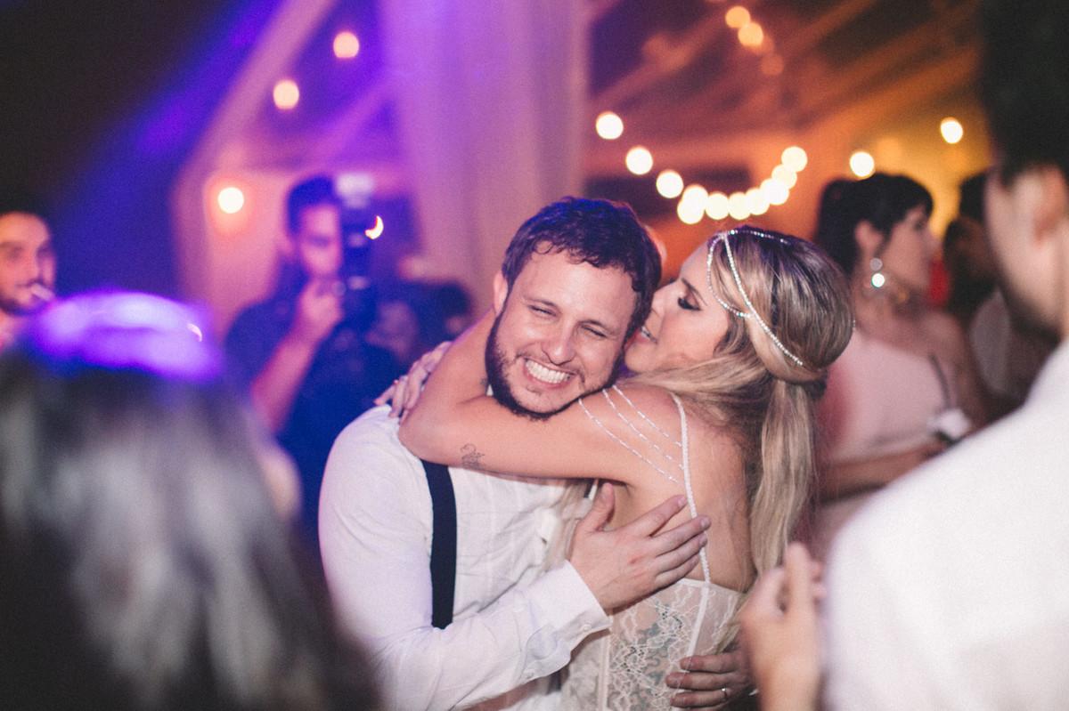 Noiva beijando noivo em recepção de casamento no Villa Giardini em Brasília-DF