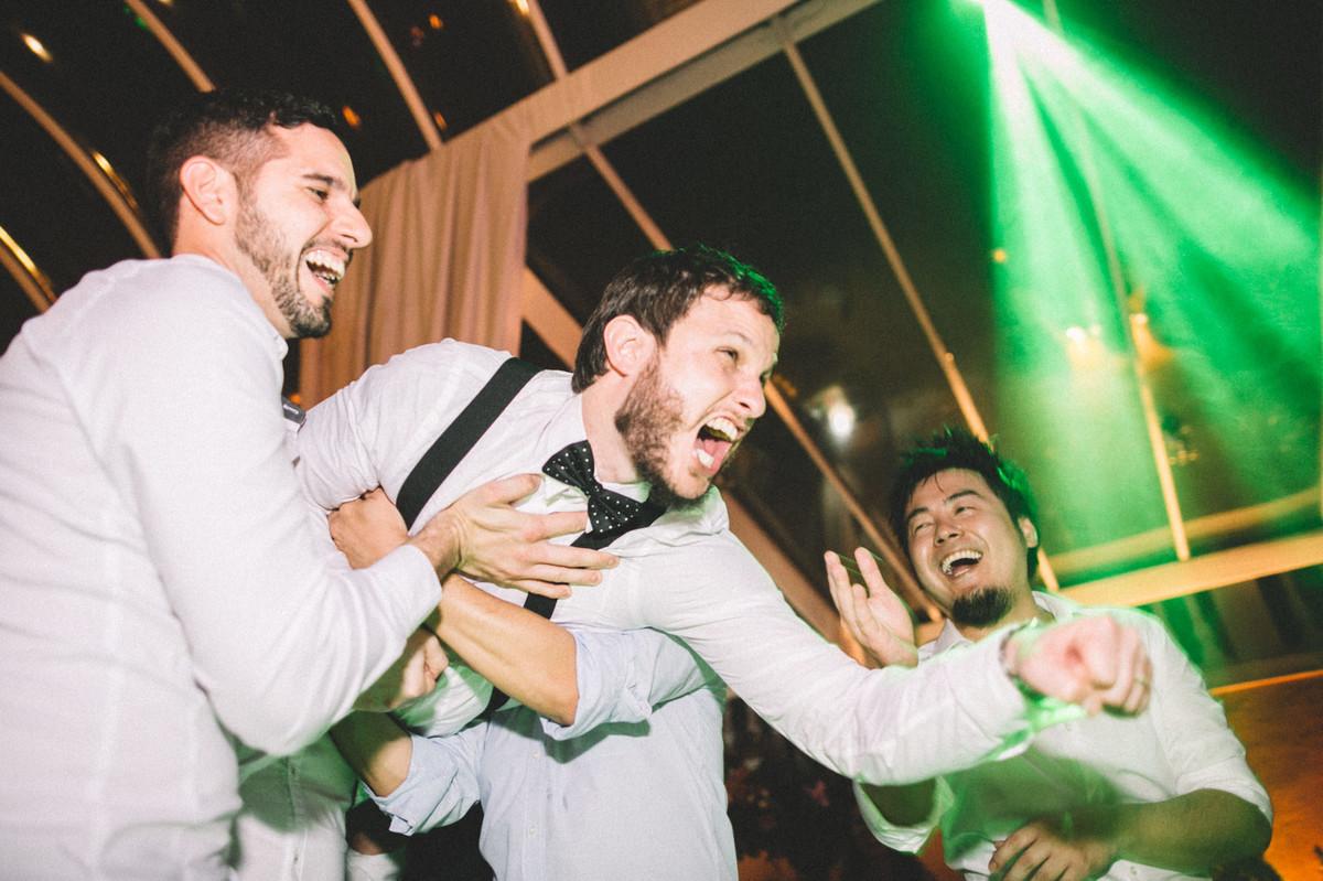 Noivo se divertindo com seus convidados em seu casamento no Villa Giardini em Brasília-DF