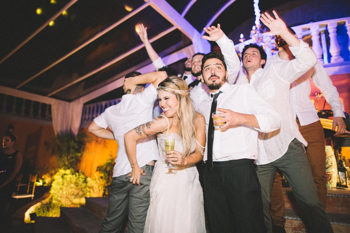 Noiva se divertindo com seus convidados em recepção de casamento no Villa Giardini em Brasília-DF