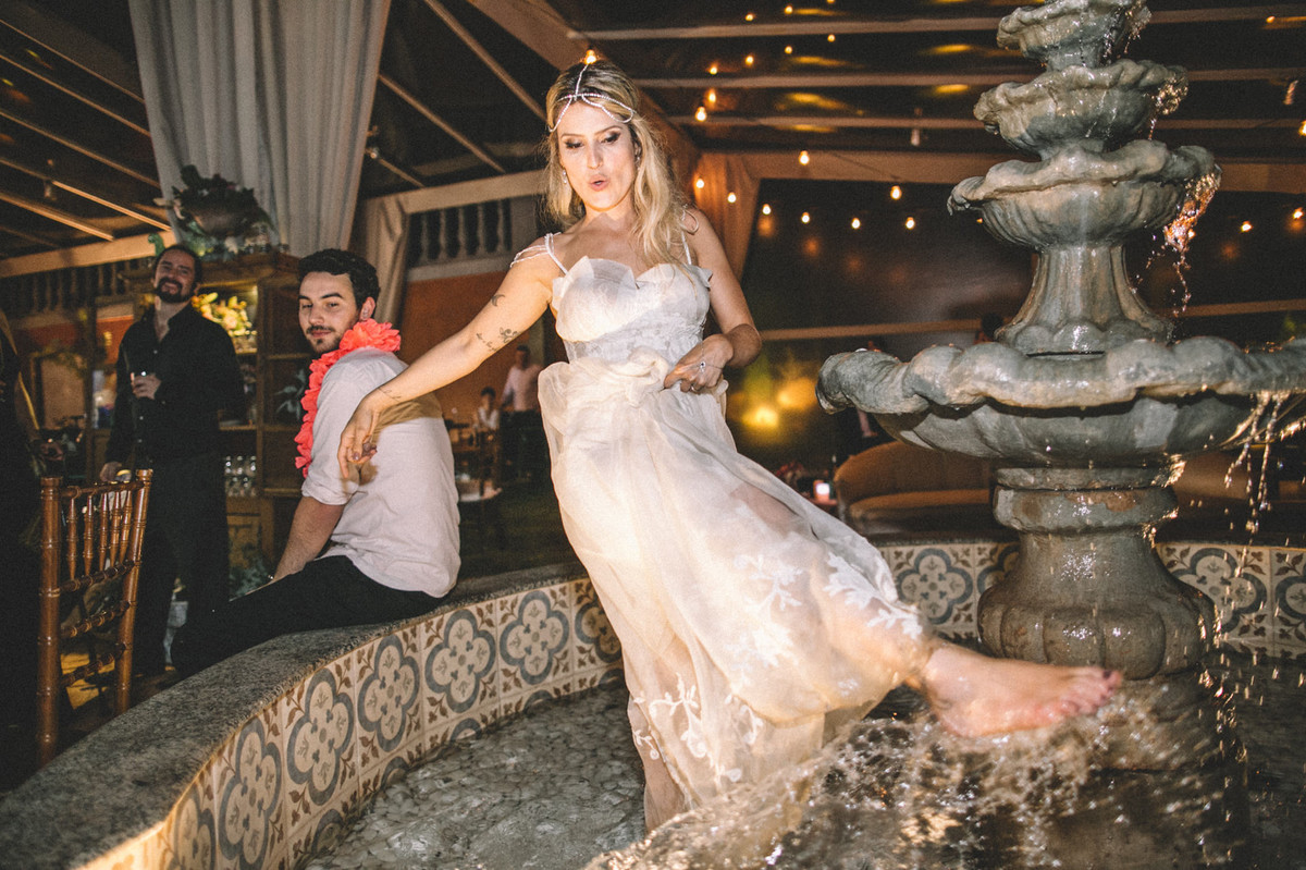 Noiva dentro da fonte no Villa Giardini em Brasília-DF