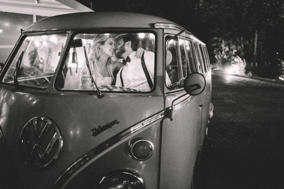 Noivos de amando dentro de Kombi em casamento no Villa Giardini em Brasília-DF