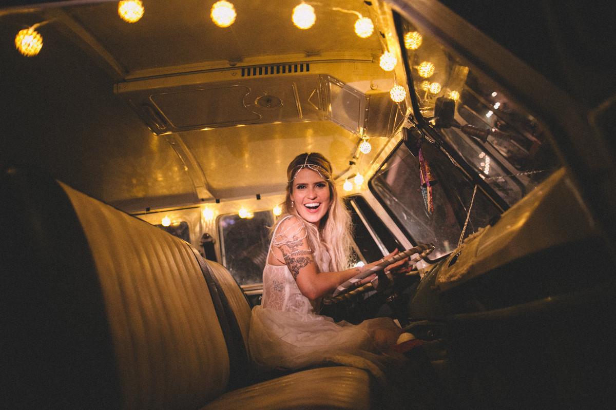 Noiva dentro de Kombi em casamento no Villa Giardini em Brasília-DF