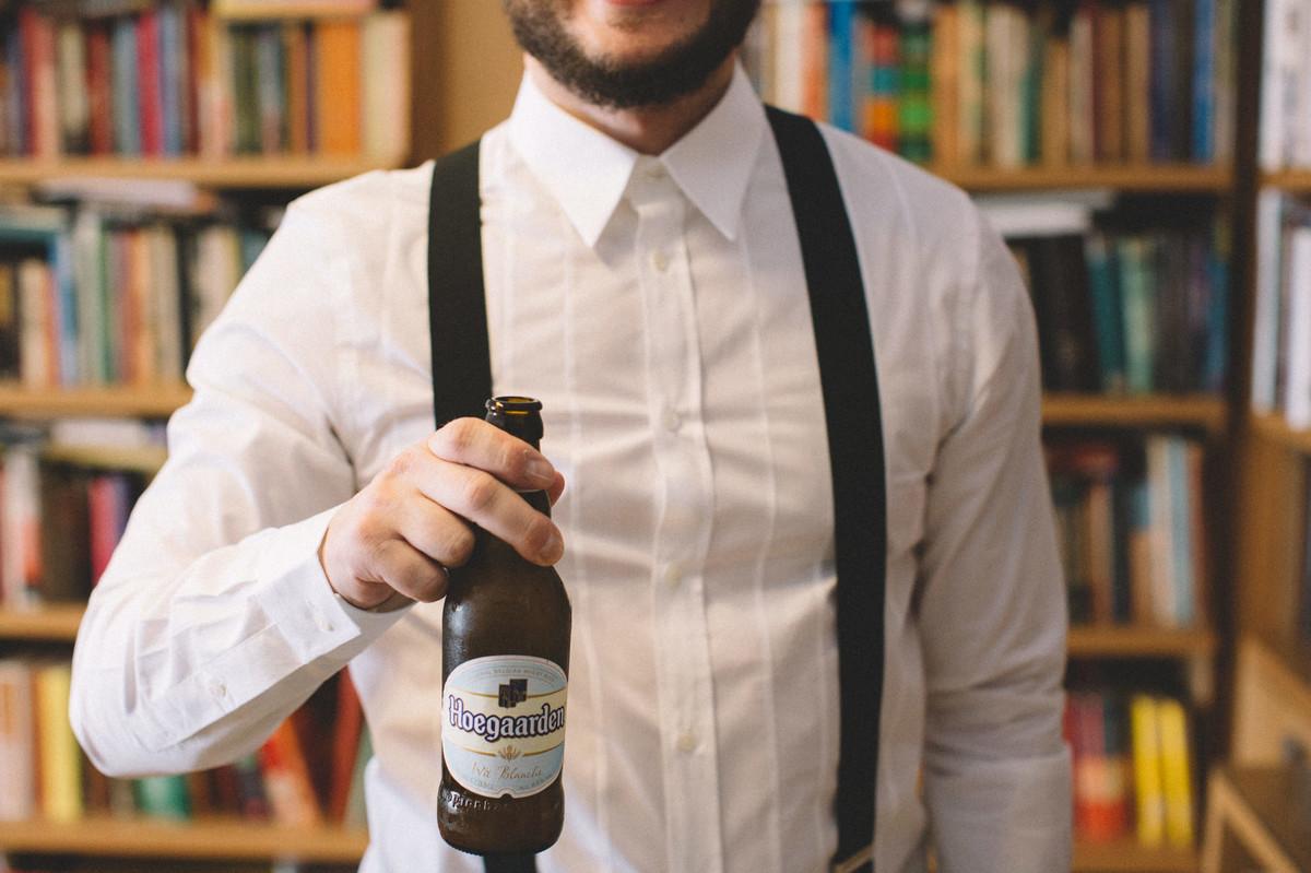 Noivo tomando cerveja belga em seu making of.