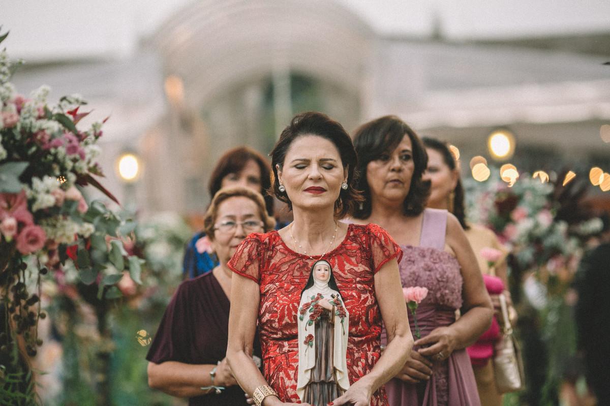 Senhoras entrando em casamento com santa no Villa Giardini em Brasília-DF