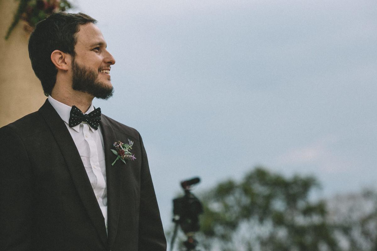 Noivo sorrindo esperando a noiva chegar no Villa Giardini em Brasília-DF