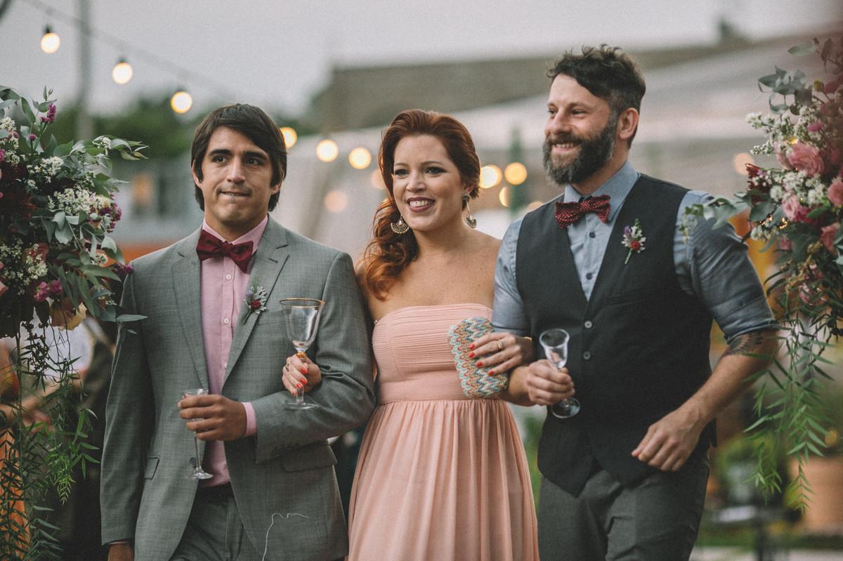 Padrinhos entrando no casamento no Villa Giardini em Brasília-DF
