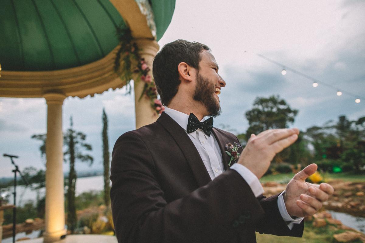 Noivo batendo palmas enquanto vê sua noiva entrar no casamento no Villa Giardini em Brasília-DF