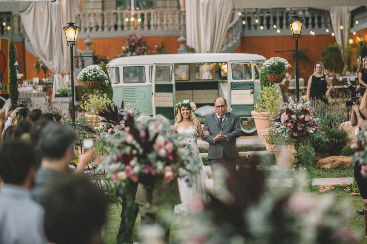 Noiva entrando com seu pai em seu casamento no Villa Giardini em Brasília-DF