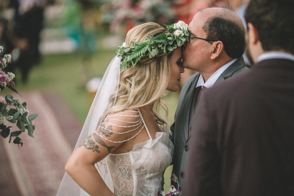 Pai da noiva beijando a filha em seu casamento no Villa Giardini em Brasília-DF