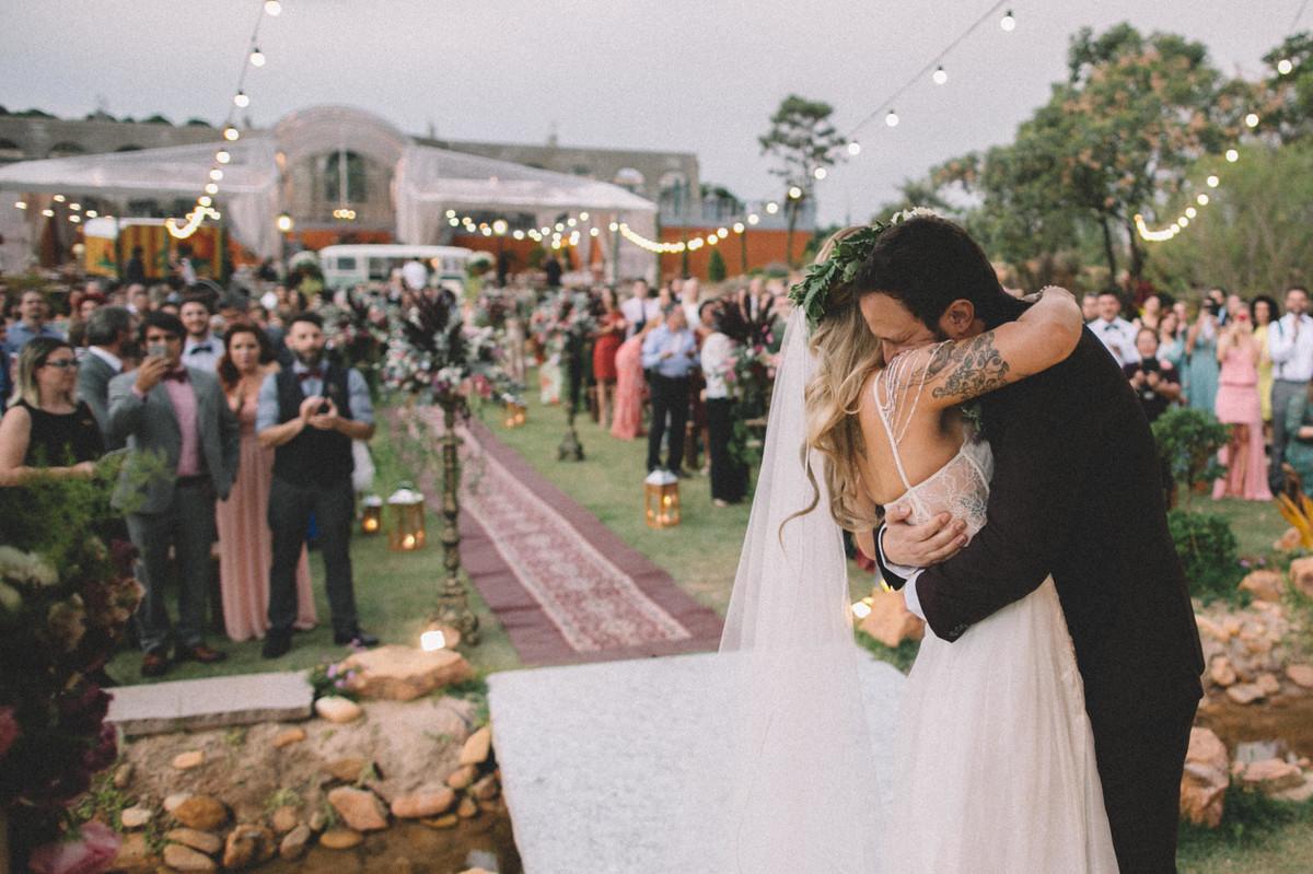 Noivos se abraçando em seu casamento no Villa Giardini em Brasília-DF