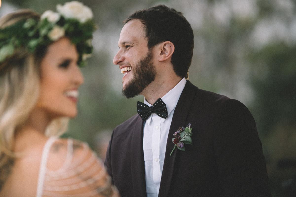 Noivos rindo felizes em seu casamento no Villa Giardini em Brasília-DF