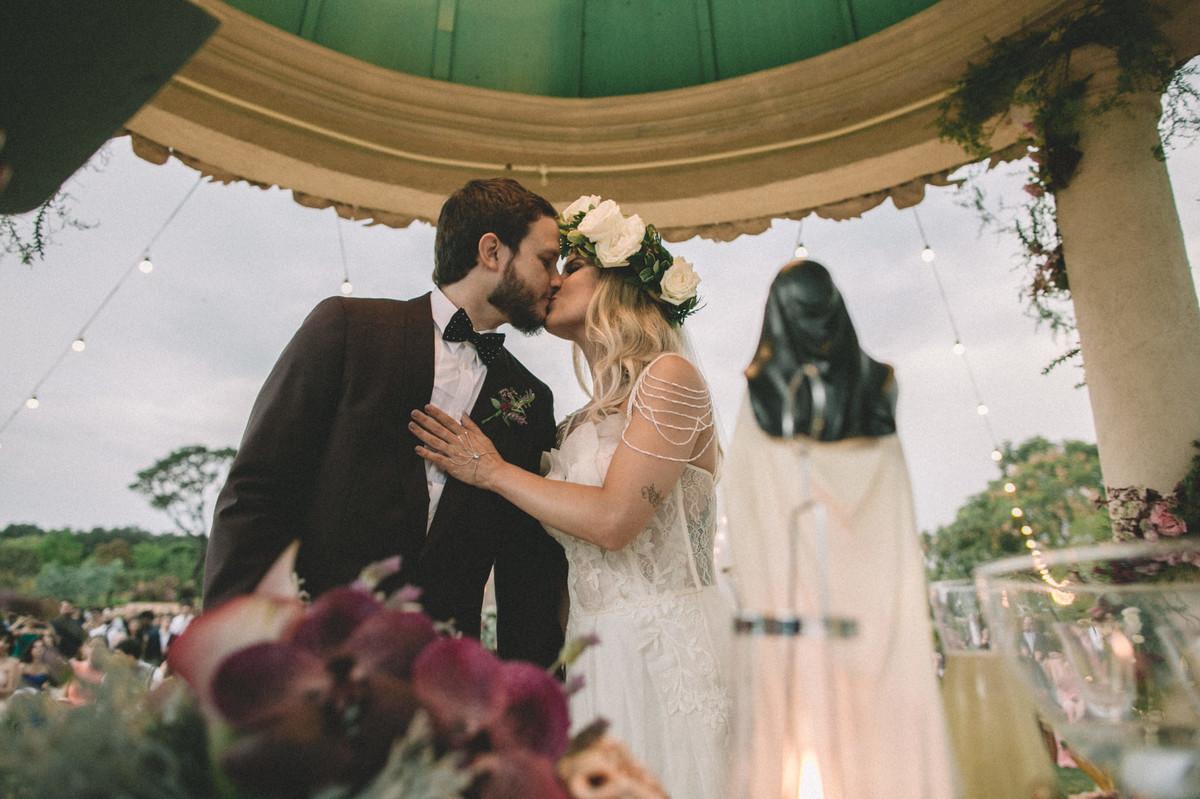 Noivos se beijando em seu casamento no Villa Giardini em Brasília-DF