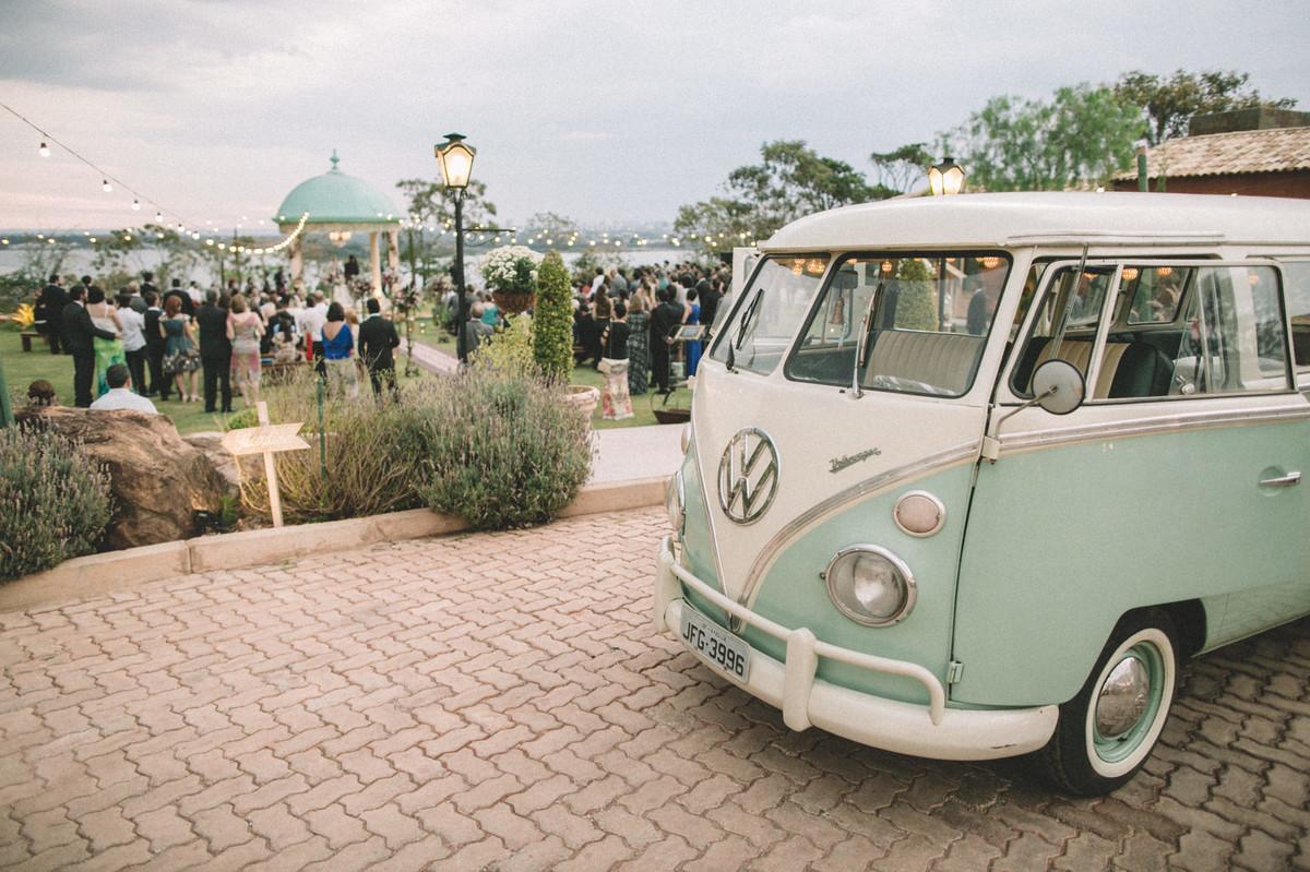 Kombi verde vintage em casamento no Villa Giardini em Brasília-DF