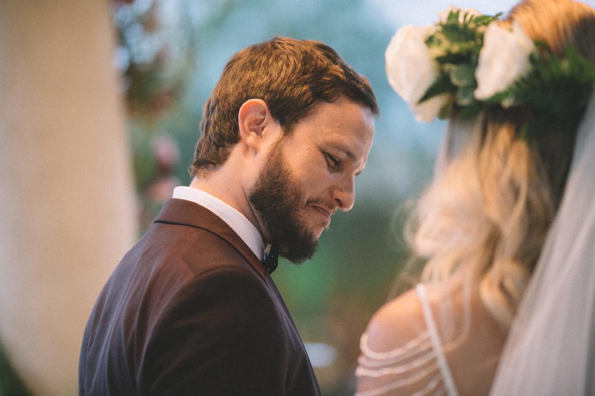 Noivo orgulhoso de sua noiva no Villa Giardini em Brasília-DF