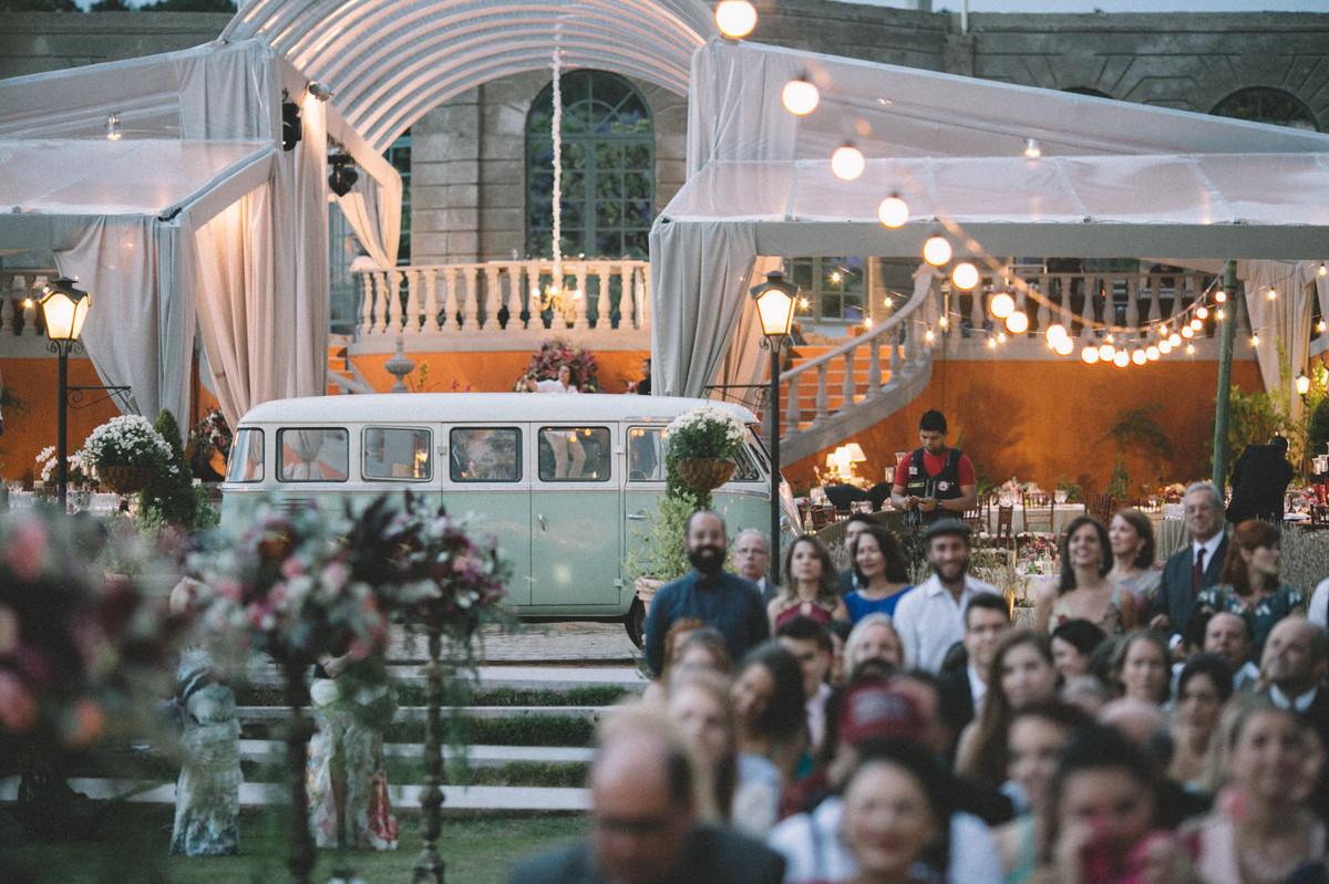 Kombi verde parada em casamento celta no Villa Giardini em Brasília-DF
