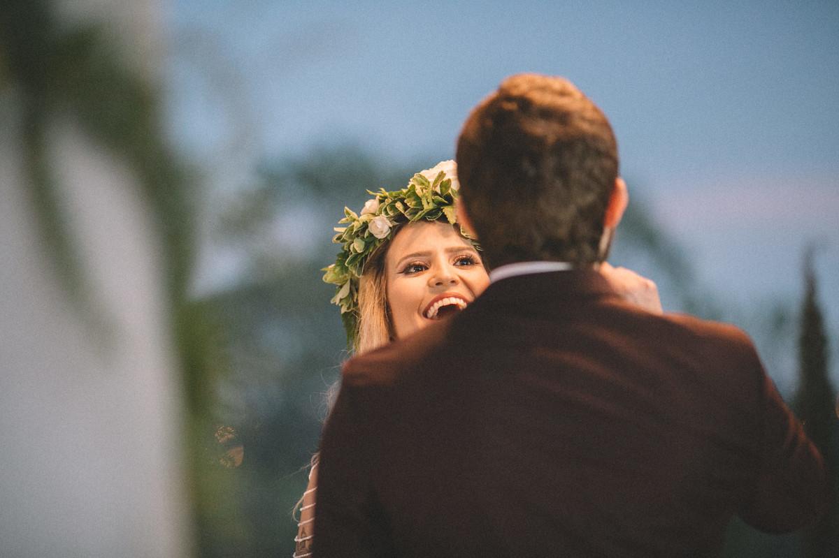 Noiva gargalhando em seu casamento celta no Villa Giardini em Brasília-DF
