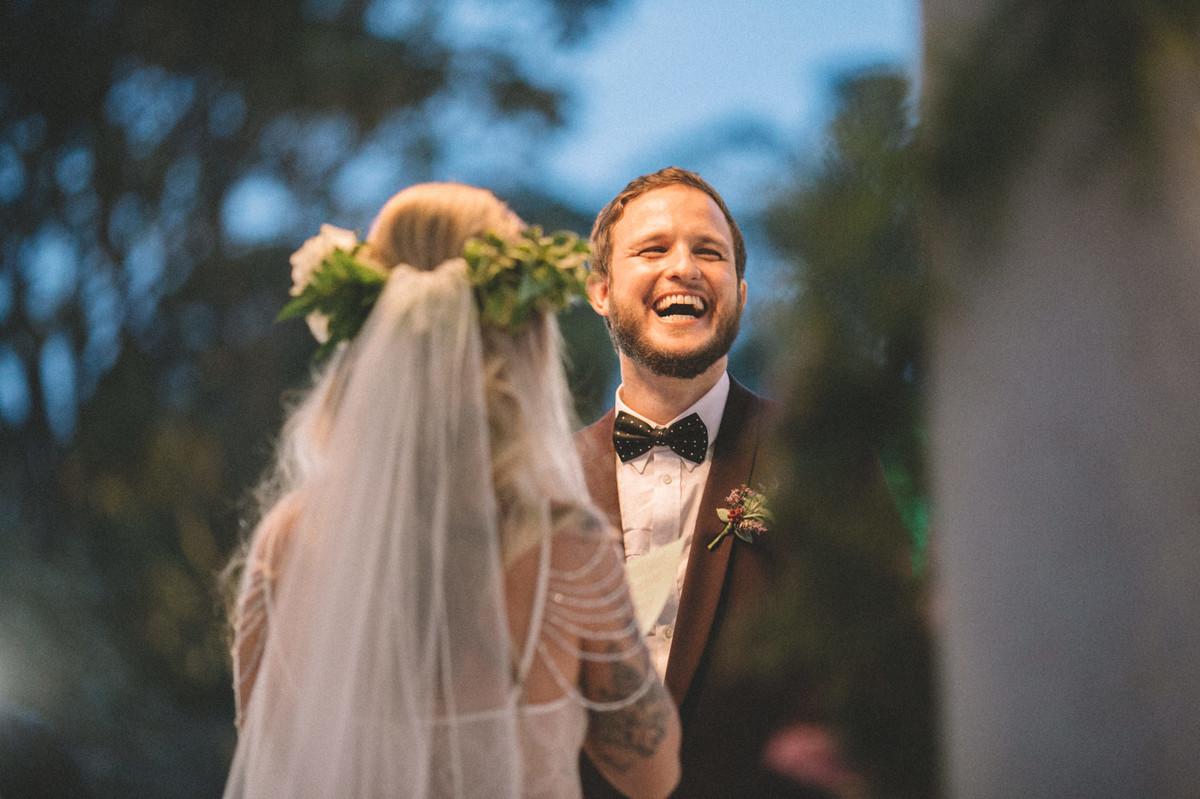 Noivo gargalhando em seu casamento no Villa Giardini em Brasília-DF