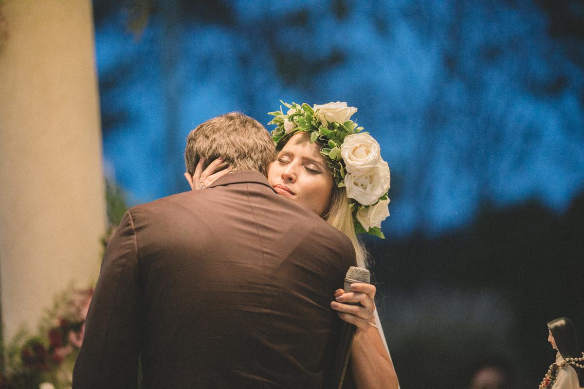 Noiva abraçando o noivo em seu casamento no Villa Giardini em Brasília-DF