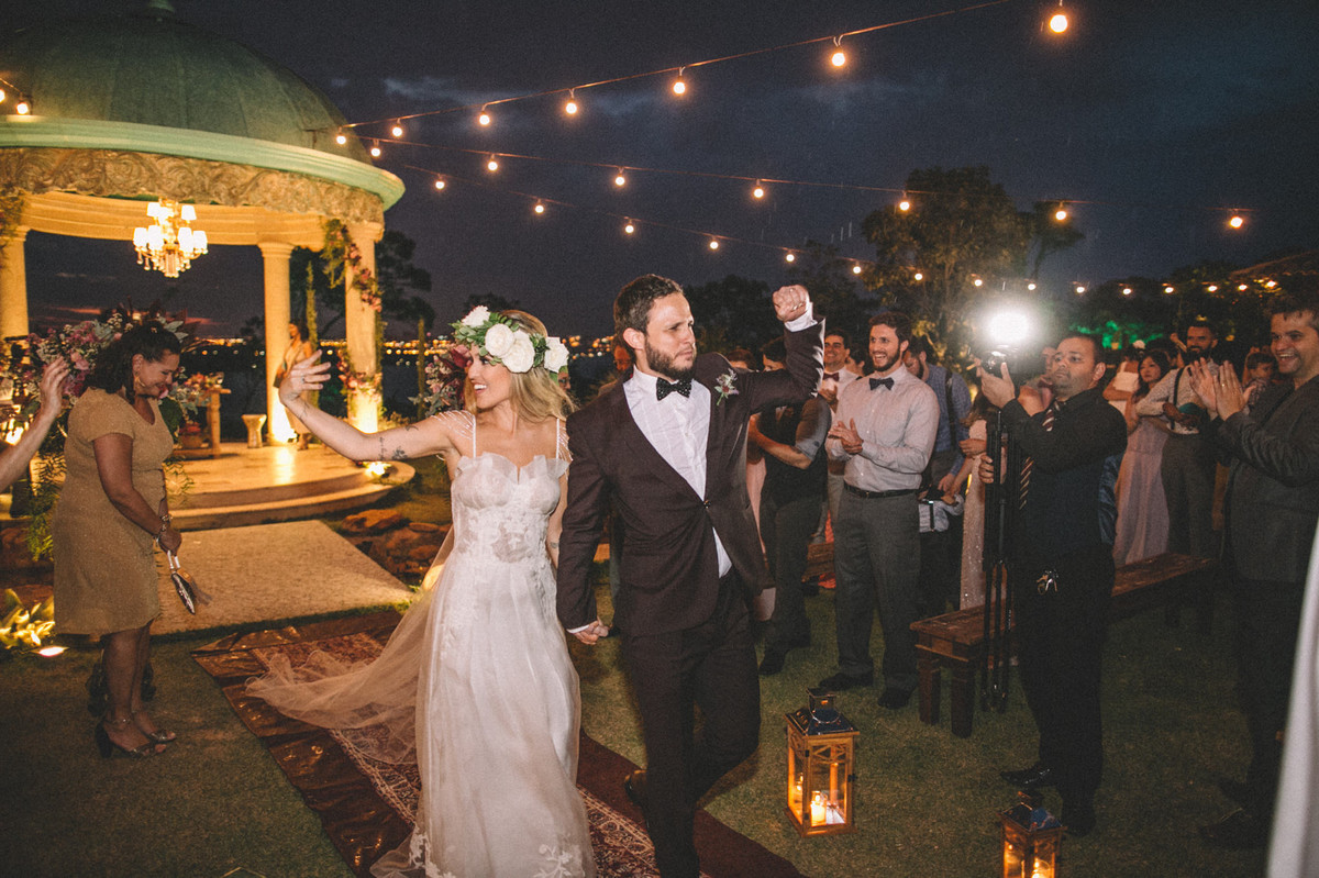 Noivos casando no estilo celta no Villa Giardini em Brasília-DF