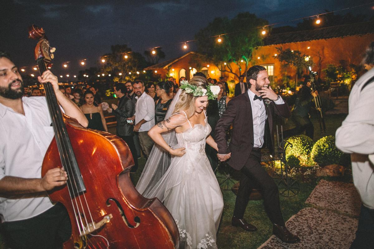 Noivos saindo do casamento no Villa Giardini em Brasília-DF