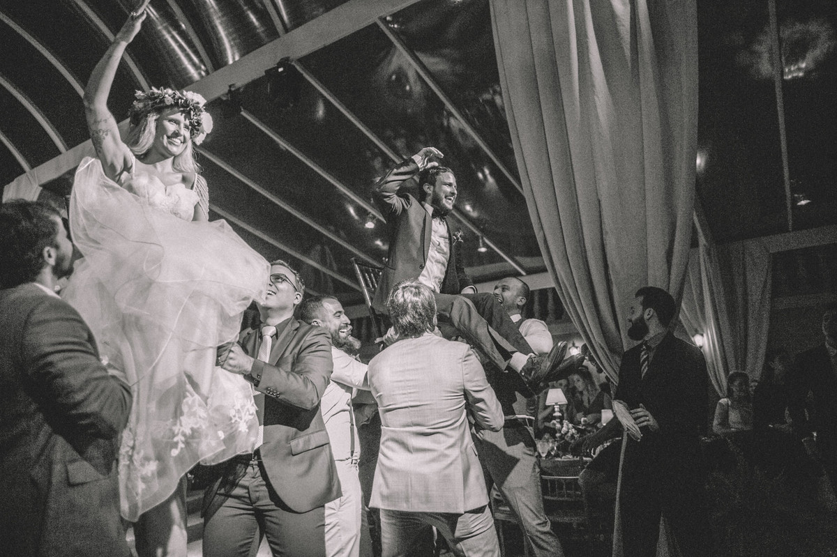 Noivos sendo erguidos em seu sua recepção de casamento no Villa Giardini em Brasília-DF