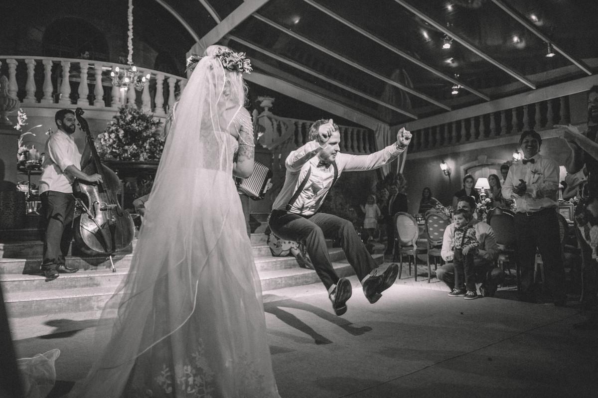 Noivo flutuando em sua recepção de casamento  no Villa Giardini em Brasília-DF
