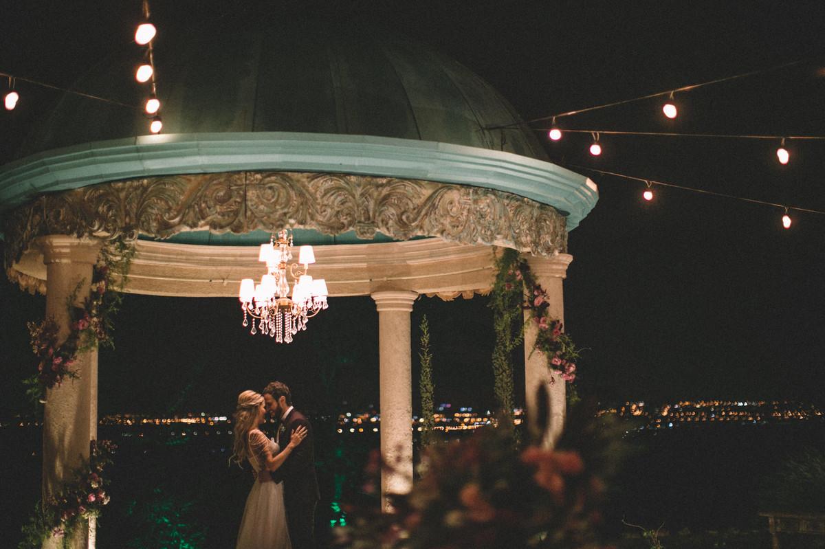 Noivos se amando em gazebo  no Villa Giardini em Brasília-DF