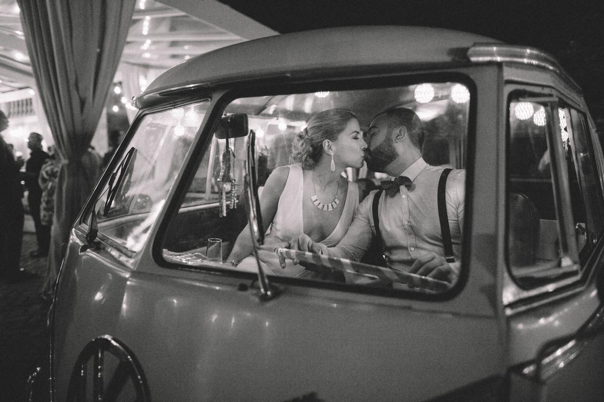 Casal apaixonado se beijando dentro de kombi em casamento  no Villa Giardini em Brasília-DF