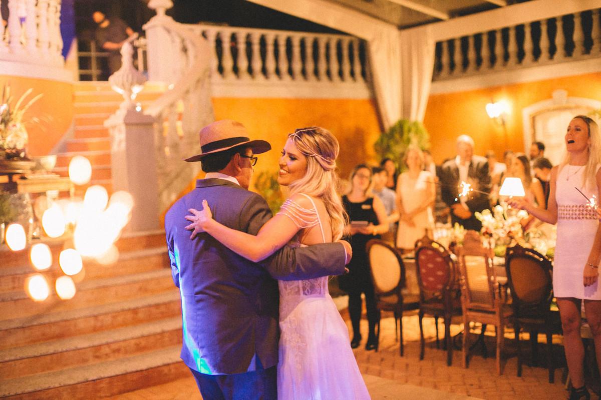 Noiva dançando com seu pai em seu casamento  no Villa Giardini em Brasília-DF