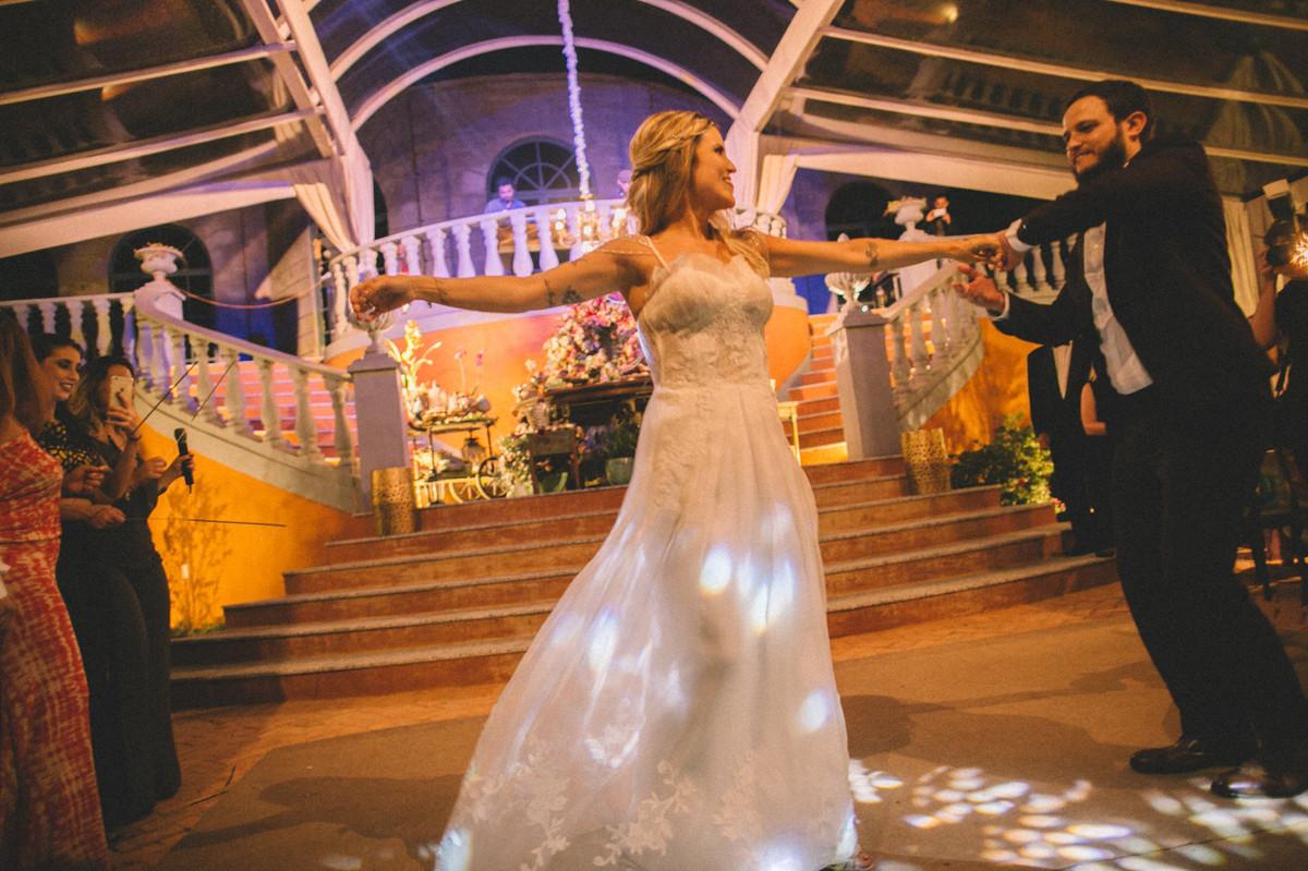 Noivos dançando em seu casamento  no Villa Giardini em Brasília-DF