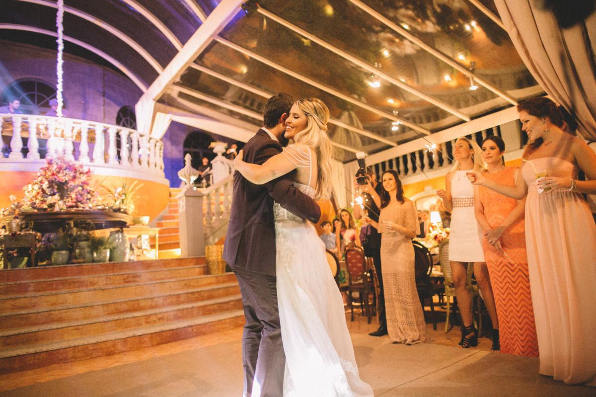 Noivos dançando juntos em casamento  no Villa Giardini em Brasília-DF com sparklers ao fundo