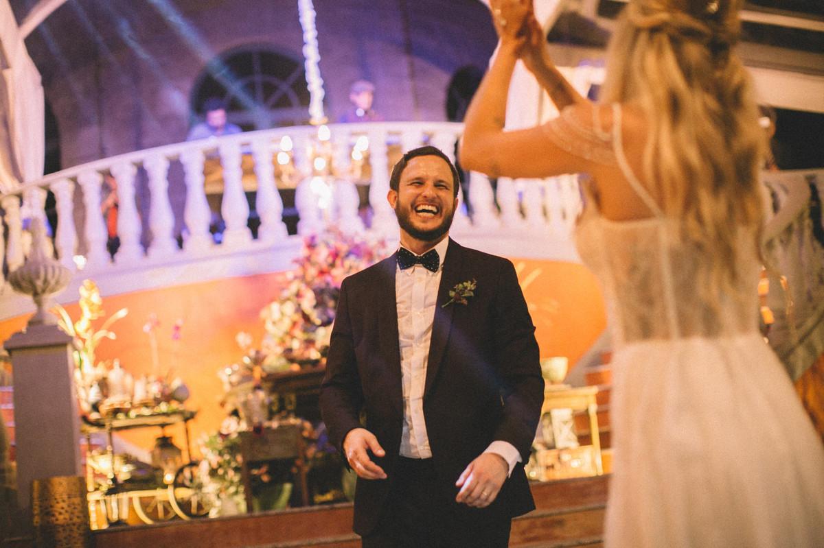 Noivo gargalhando da noiva  no Villa Giardini em Brasília-DF