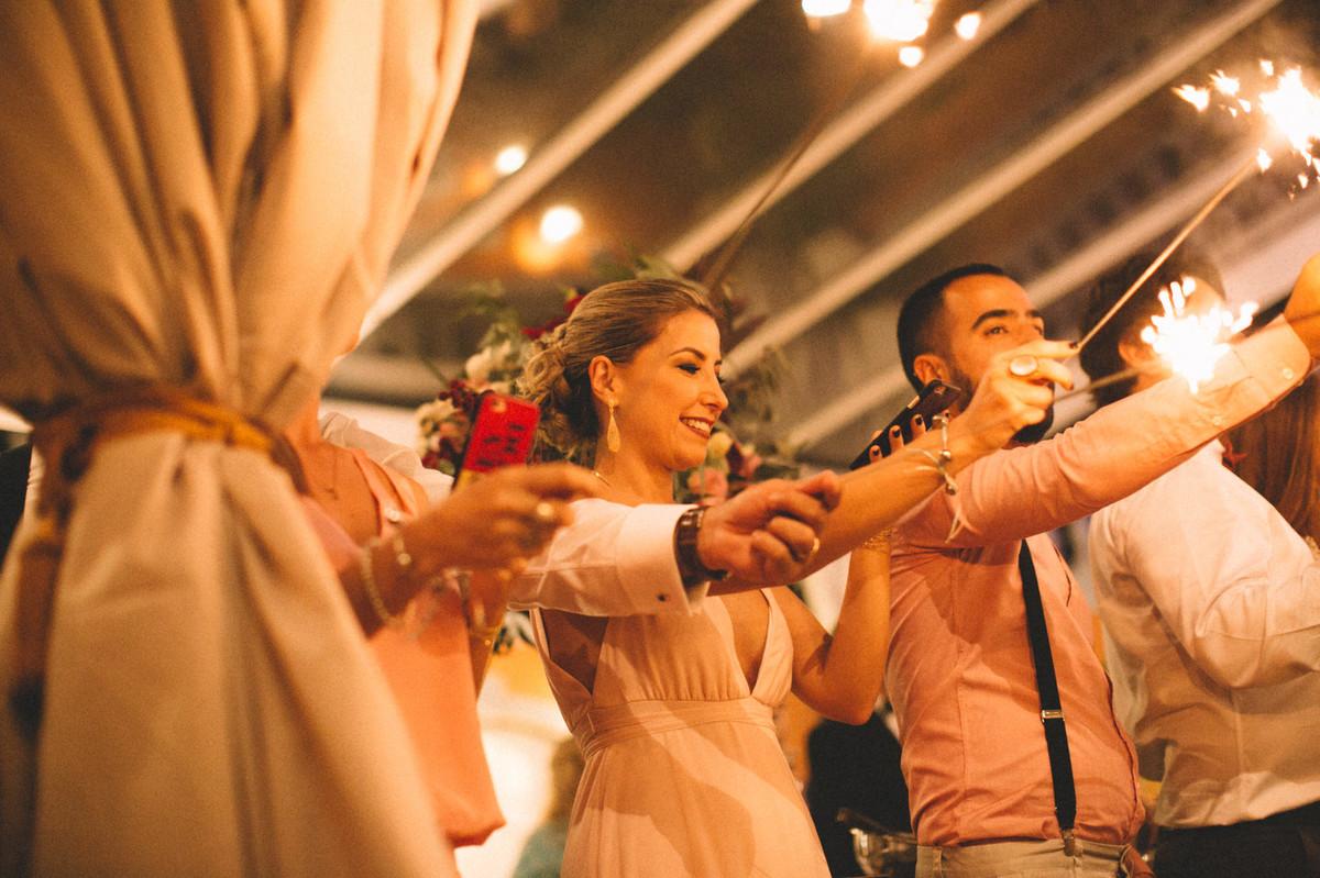 Convidados com sparklers em casamento  no Villa Giardini em Brasília-DF
