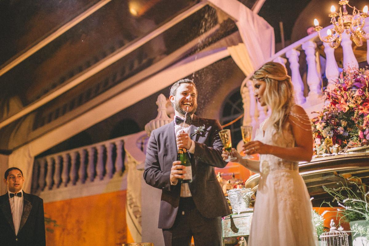 Noivo estourando champagne em seu casamento  no Villa Giardini em Brasília-DF