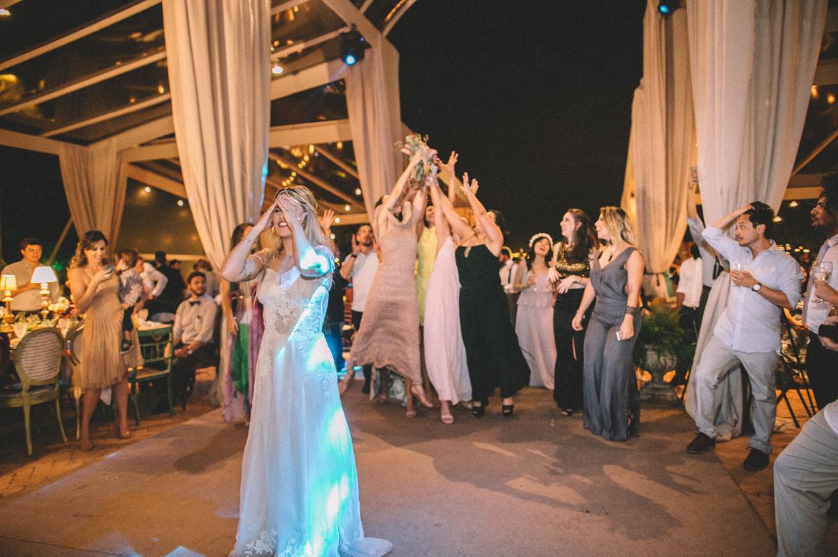 Noiva jogando buquê para as solteiras em casamento  no Villa Giardini em Brasília-DF