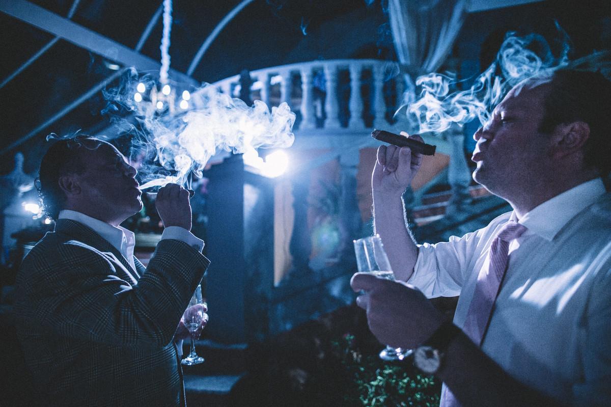 Padrinhos fumando charuto em casamento  no Villa Giardini em Brasília-DF