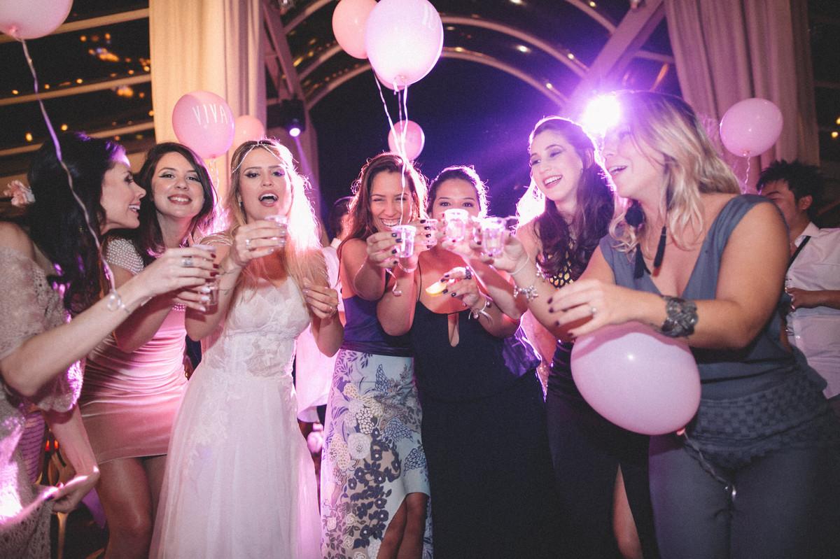 Noiva bebendo tequila com convidadas no Villa Giardini em Brasília-DF