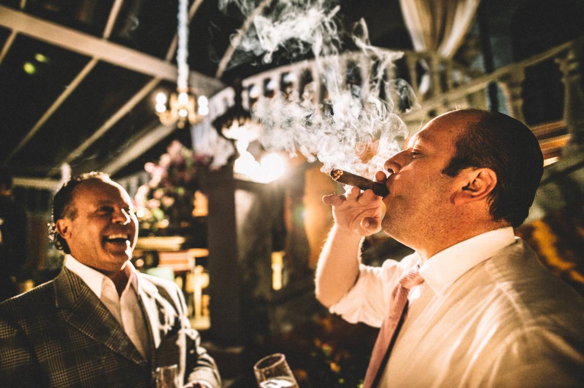 Rapaz fumando charuto em casamento no Villa Giardini em Brasília-DF