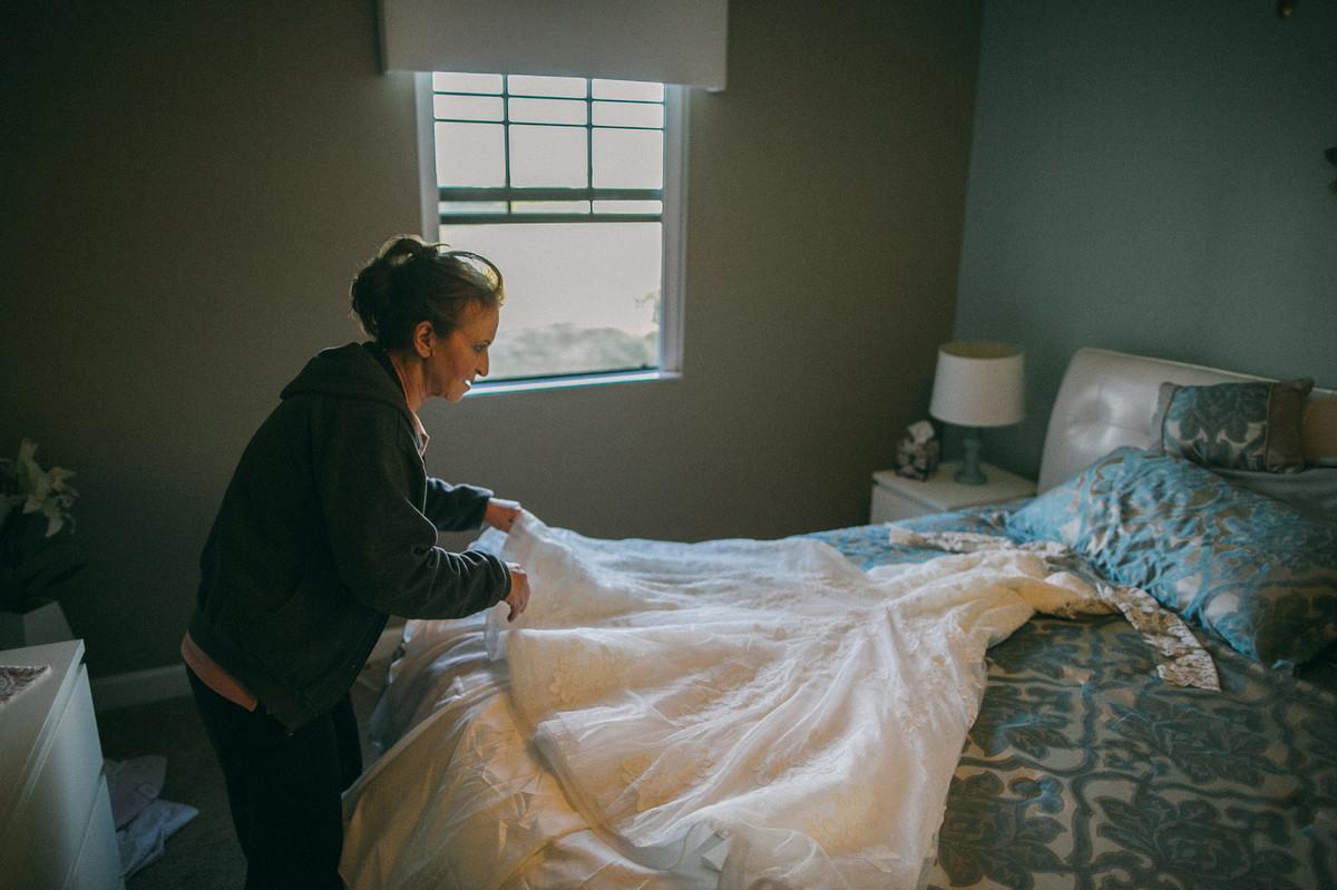 mãe da noiva arrumando vestido da filha em Orlando-FL