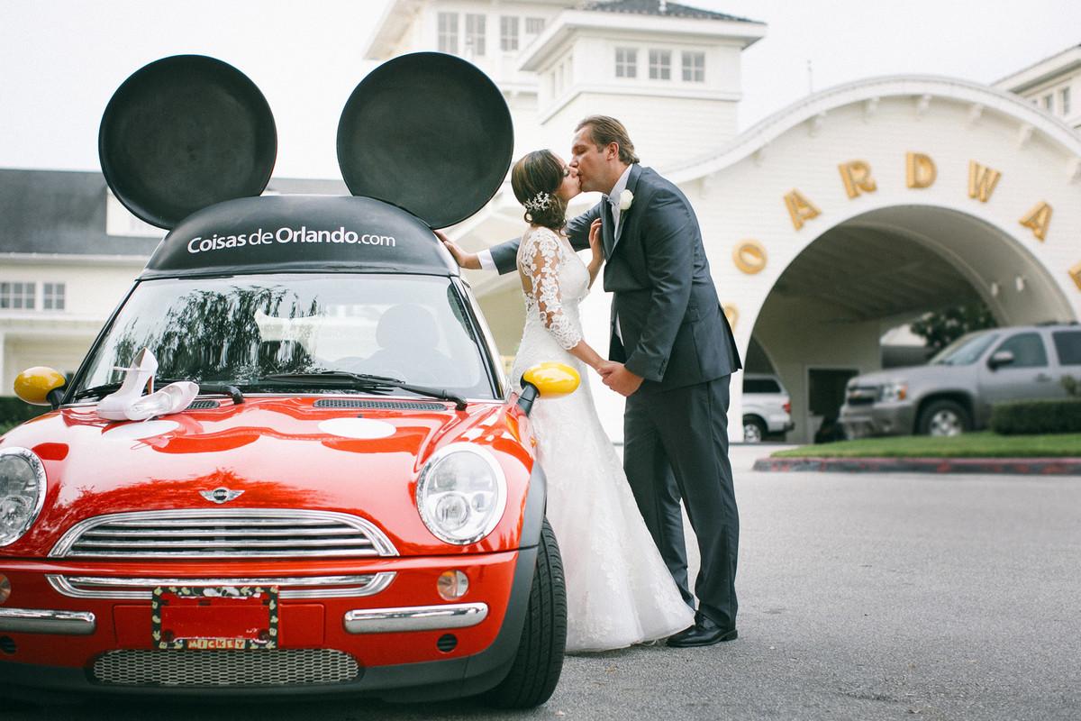 Noivos passeando pela Boardwalk na Disney em Orlando-FL em frente ao carro do Mickey da empresa Coisas de Orlando