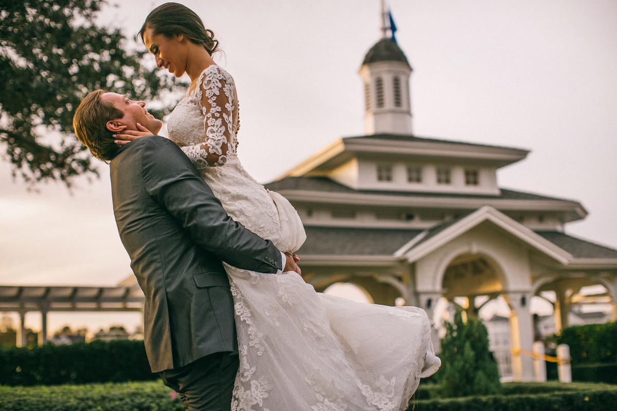 Noivo suspendendo a noiva em Boardwalk na Disney em Orlando na Florida