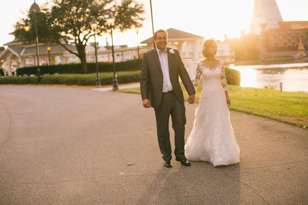Noivos caminhando em Boardwalk na Disney em Orlando na Florida