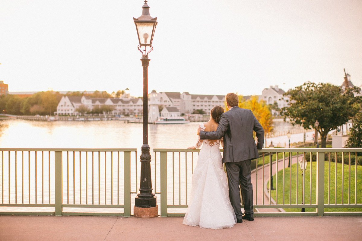 Noivos abraçados em Boardwalk na Disney em Orlando na Florida