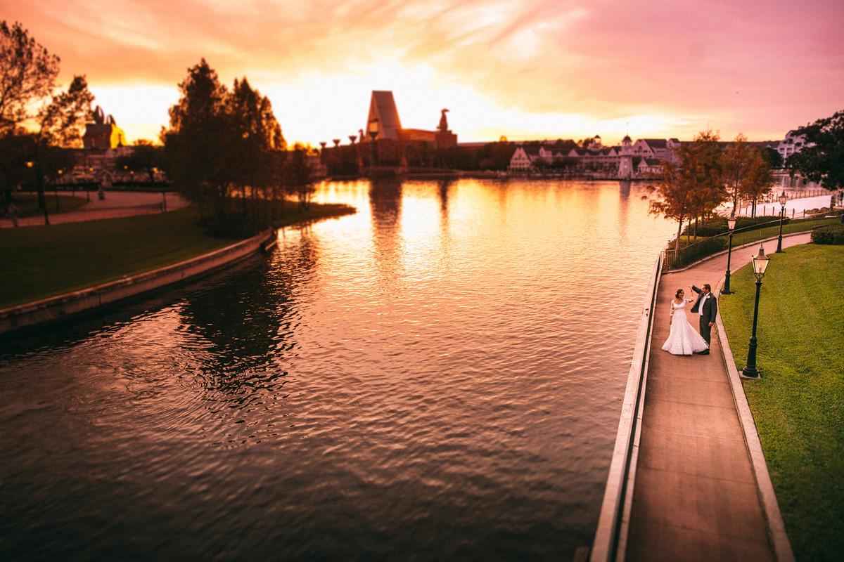 Noivos passeando em Boardwalk na Disney em Orlando na Florida