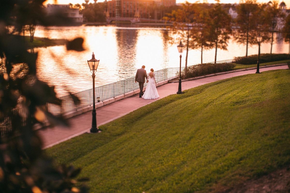 Noivos passeando Boardwalk na Disney em Orlando na Florida