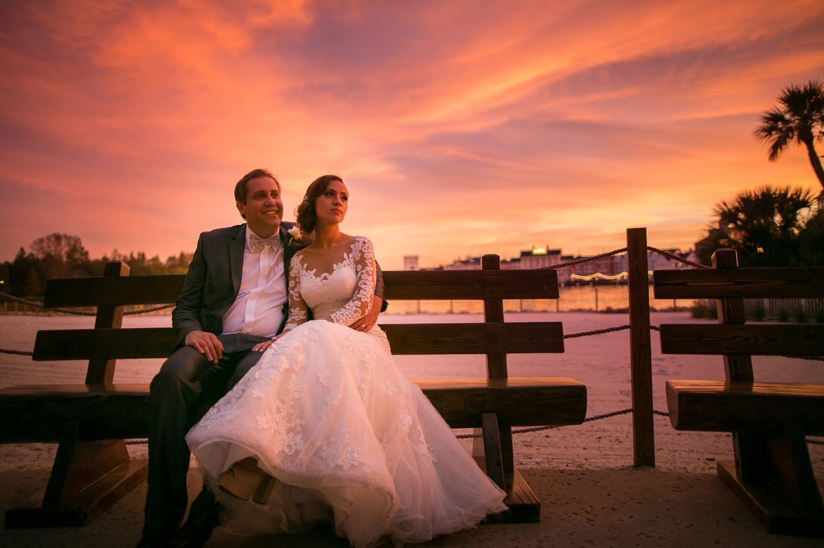 Noivos abraçados no por do sol em Boardwalk na Disney em Orlando na Florida