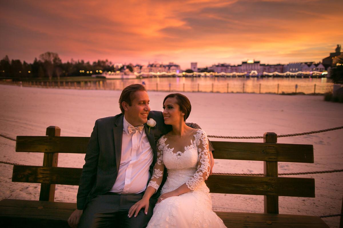 Noivos abraçados em por do sol em Boardwalk na Disney em Orlando na Florida